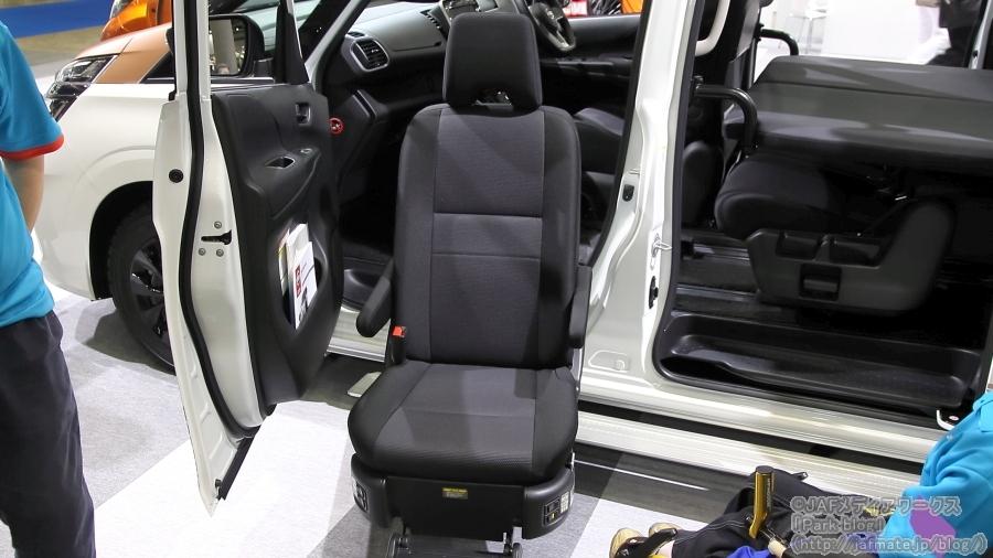 日産  セレナ アドベンチャー ログ キャビン(コンセプトモデル)・助手席スライドアップシート