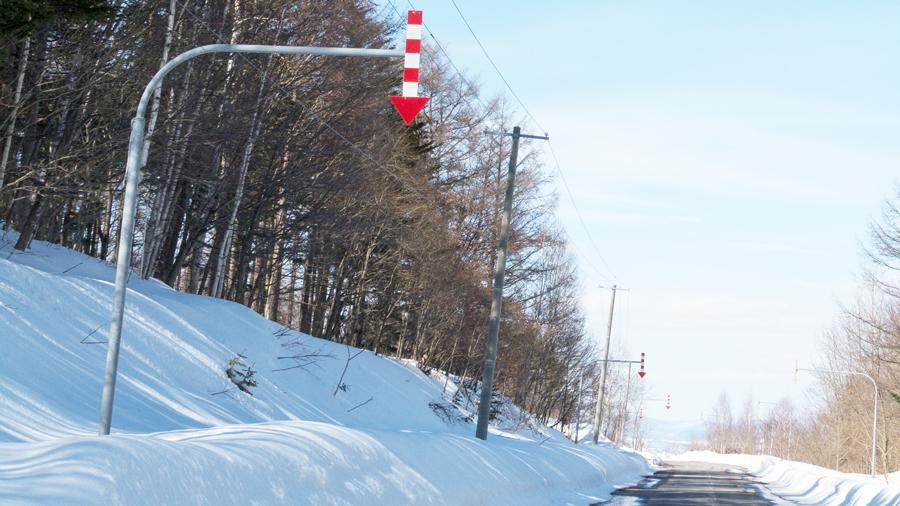 雪国特有の標識|矢羽根付きポール|北海道