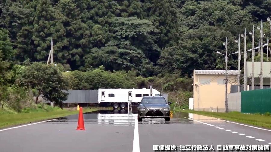 2019年度のJNCAP予防安全性能評価で、車線逸脱抑制試験を受けるレクサス「ES」。