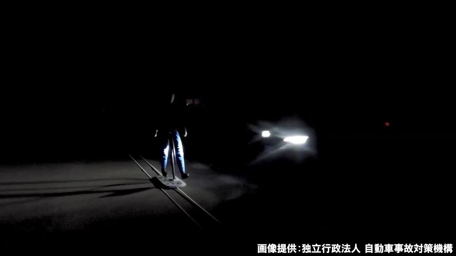 2019年度から実施されることになった、夜間・街灯なしの条件下における衝突被害軽減ブレーキの評価試験の様子。