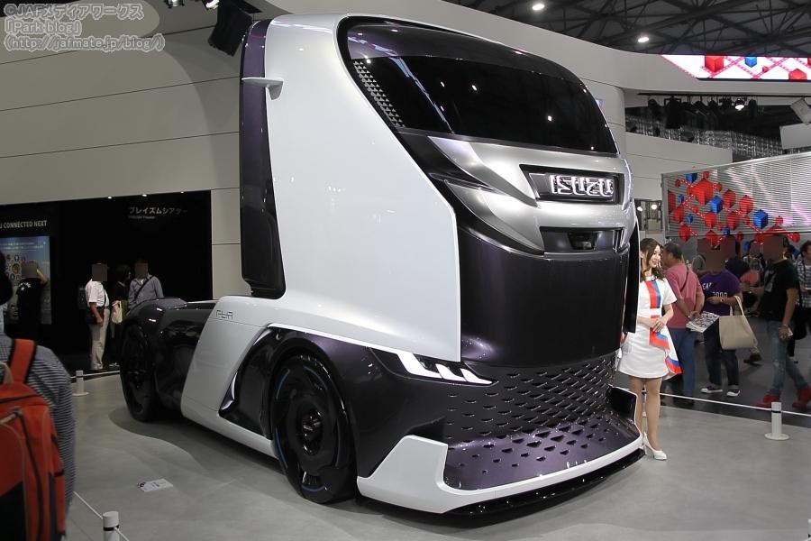 いすゞが参考出展した未来の大型トラック(トレーラーヘッド)「FL-IR」。