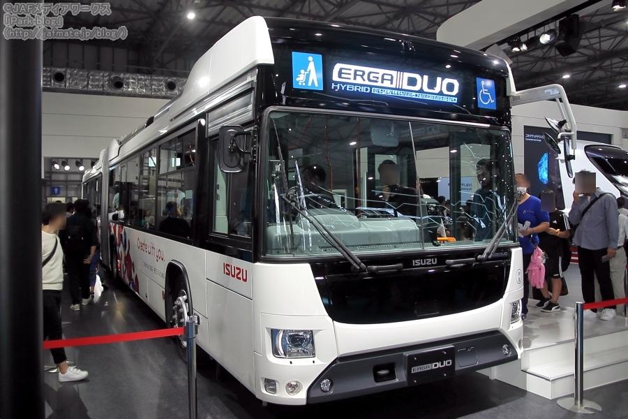 いすゞと日野が共同開発した、国産初のハイブリッド連節バス「エルガデュオ」。東京モーターショー2019にていすゞが出展。
