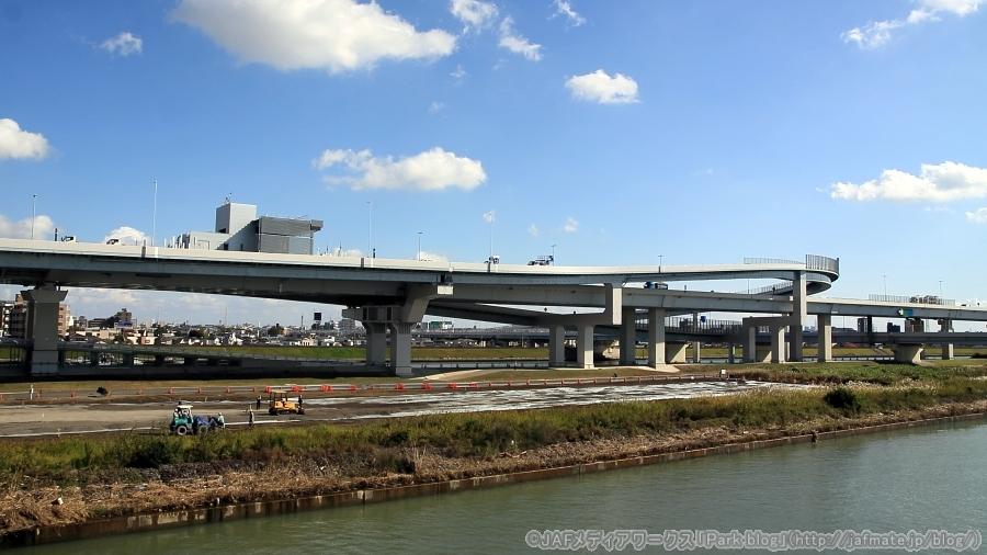 首都高・小松川JCTを荒川にかかる小松川橋(国道14号京葉道路)上から11月4日に撮影。河川敷で整備が進められているが、ここで開通式典が行われる。