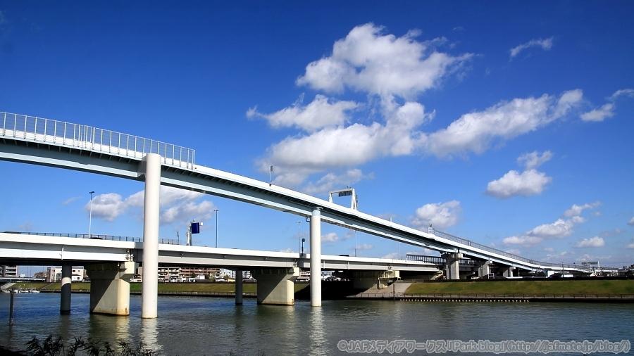 首都高・小松川JCT。江戸川区側の荒川河川敷下流から11月4日に撮影。目の前の川は河川敷を挟んで荒川と並走する中川。
