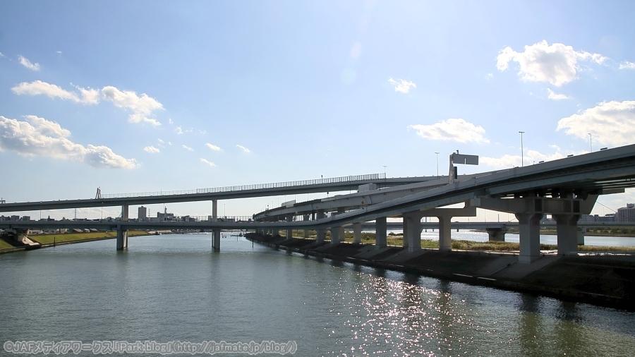 首都高・小松川JCT。国道14号京葉道路が通る小松川橋の中川上で下流を向いて11月4日に撮影。