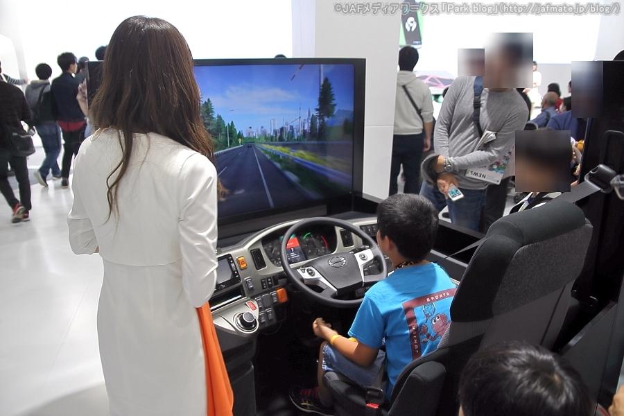 東京モーターショー2019で日野が出展した「路肩待避型ドライバー異常時対応システム(EDSS)シミュレーター」。