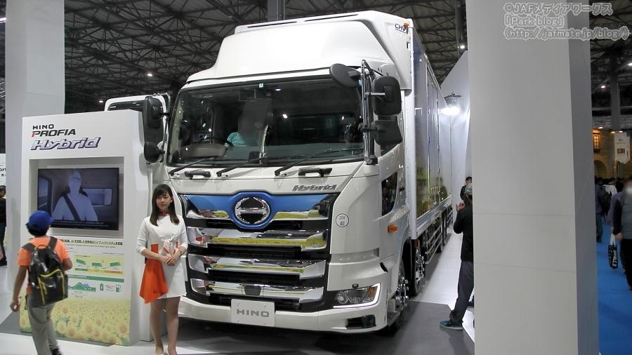 東京モーターショー2019で日野が出展したハイテク装備の大型ハイブリッド・トラック「プロフィア」。