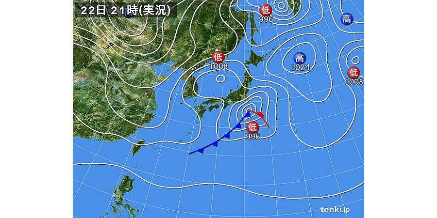 日本気象協会「tenki.jp」による2018年1月22日21日の実況天気図。関東地方の南方、太平洋上に996hPaの低気圧が南岸低気圧。