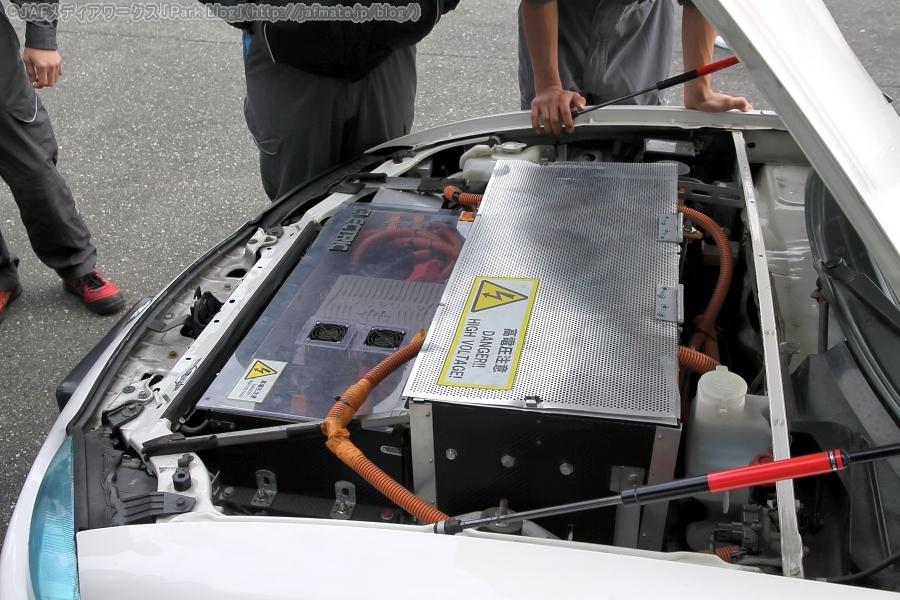 日本EVフェスティバル2019のコンバートEV1時間ディスタンスチャレンジに参加した、東京マツダEVチームの「EV ROADSTER」のボンネット内。