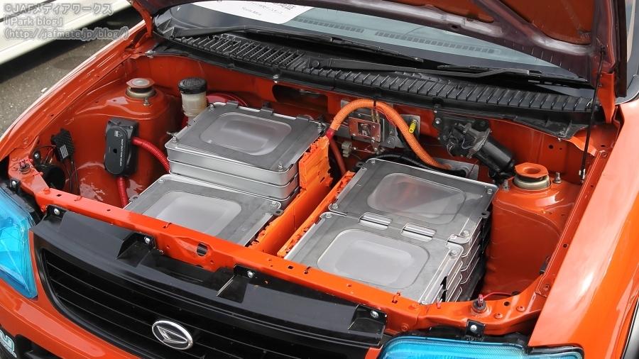 日本EVフェスティバル2019の「1時間ディスタンスチャレンジ」に参加した、読売自動車大学校の「Yccm Mira」(ダイハツ「ミラ」ベース)のボンネット内。リチウムイオン電池が多数搭載されている。