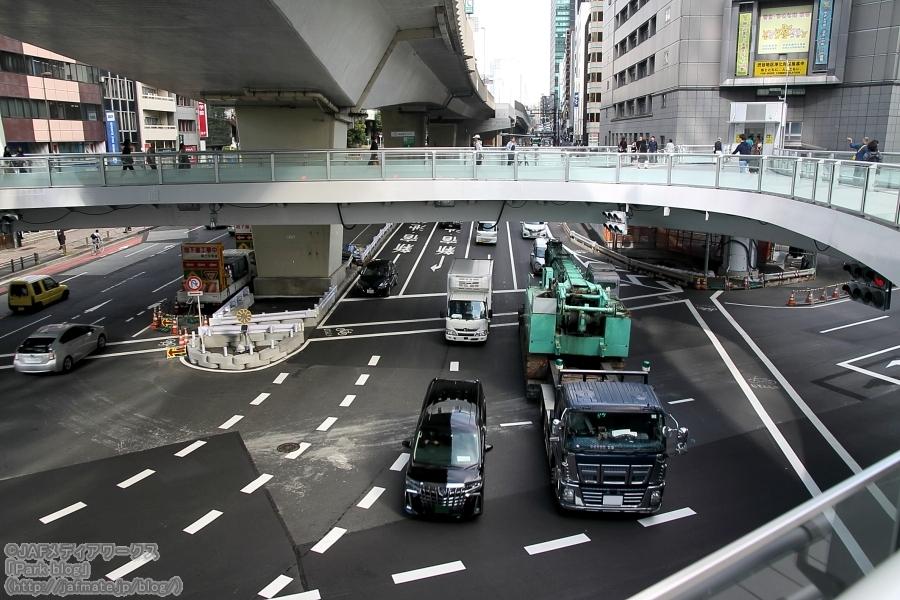 渋谷二丁目交差点の先は渋滞ポイントの大きな交差点が続き、ここは国道246号(青山通り)と明治通り(都道305号)が交差する渋谷駅東口。
