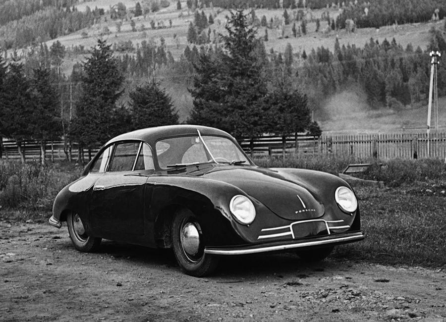 ロードスターと同じく1948年に製作された356/2クーペ。最初は2座、後に2+2座になるクーペボディの後端に水平対向エンジンを搭載するレイアウトは、今もそのまま911に受け継がれている。