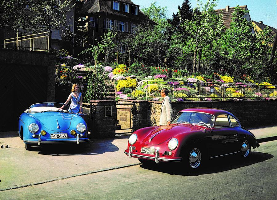 1950年代後半のポルシェの代表的モデル、356A。右が標準スタイルのクーペで、左はボディを装備の簡潔なオープンにした軽量モデル、スピードスター。