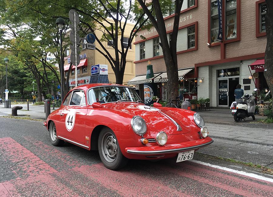 1960年代前半の、356としてはほぼ最終モデルに近い1962年356B。実はこれは筆者のクルマで、2017年の秋、中部山岳地帯を走って京都から東京まで3泊4日で走破するラリーニッポンに出場したとき、フィニッシュ直前の横浜で撮ったカット。