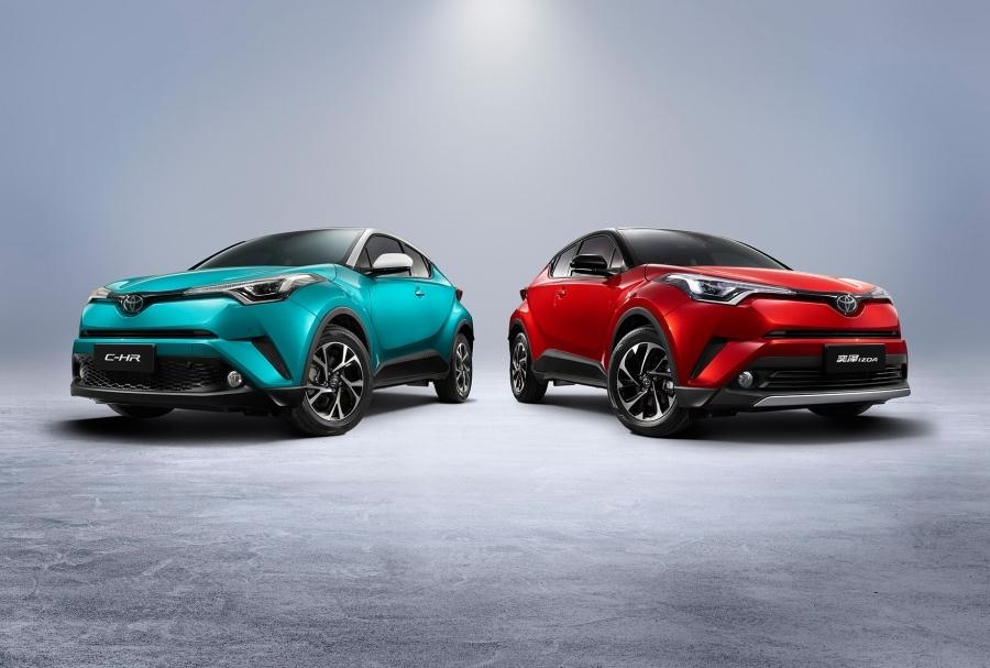中国において、広汽トヨタ自動車販売が販売する「C-HR」EVグレード(左)と、一汽トヨタ自動車販売が販売する「IZOA」EVグレードの(右)の兄弟車種。