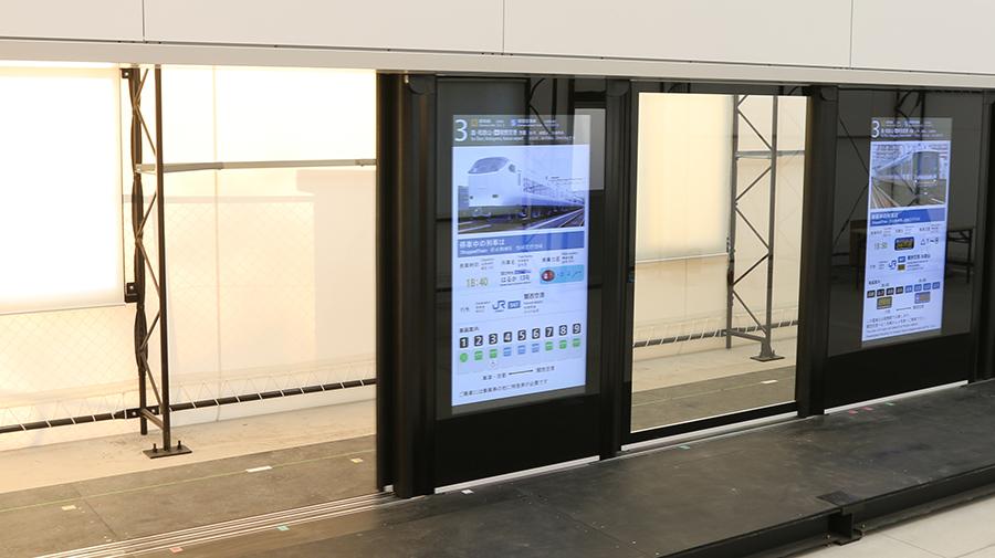 JR西日本の新型ホームドアのデジタルサイネージ機能