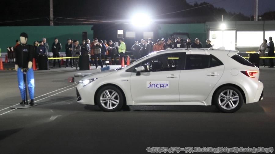 画像3。JNCAPでの夜間の対歩行者・衝突被害軽減ブレーキのデモの様子。