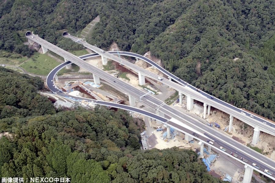 画像4。E1A新名神高速・亀山西JCTの名古屋・伊勢ランプウェイを別角度から。