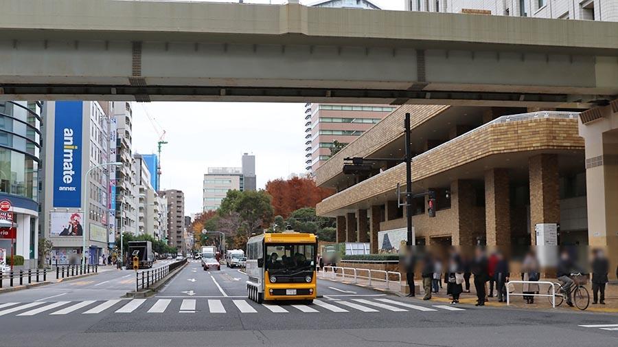 サンシャインシティ前の交差点を左折する自動運転バス