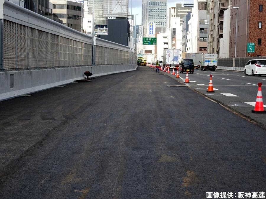 画像6。阪神高速・西船場JCTの信濃橋渡り線の先に続く1号環状線の増設車線。