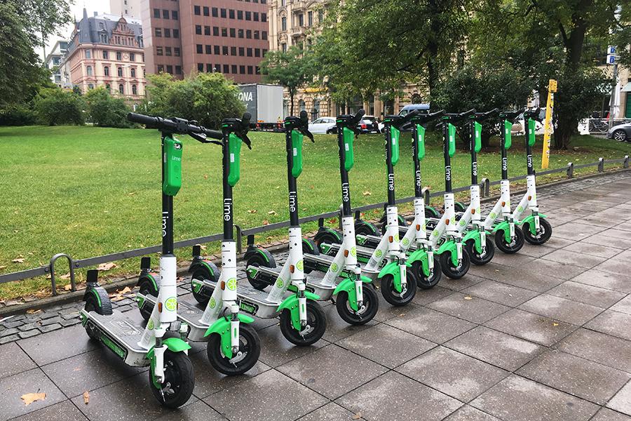 ドイツ・フランクフルトの市街地にズラリと並んだ、Lime社のシェア電動キックボード