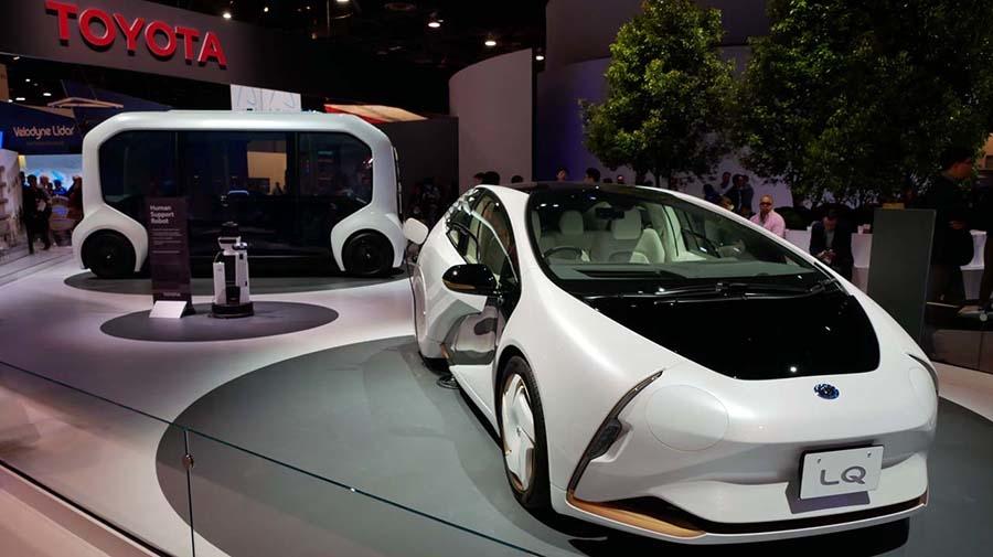東京モーターショーでデビューした「新しい時代の愛車」を具現化したコンセプトカー「LQ」。他にも「ヒューマン・サポート・ロボット」など新たなロボットも出展した