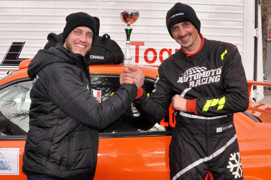 筆者の長年における知人アルベルト(右)もイタリア氷上スピード選手権で奮闘中。(photo:Automotoracing)
