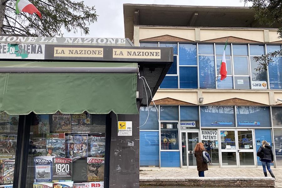 シエナのACI地方支部の前には、新聞雑誌スタンドが。
