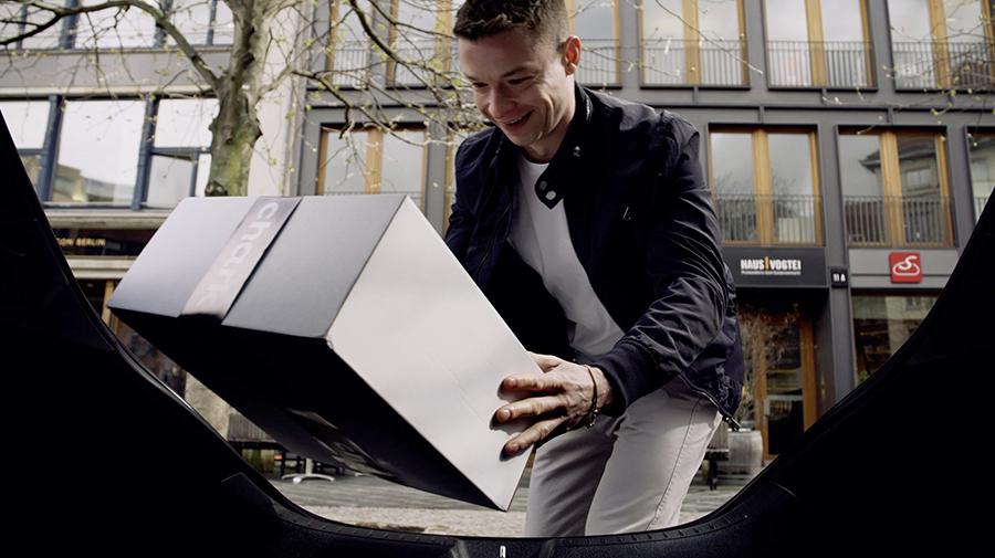 メルセデス・ベンツが実験的に初めている「Chark」では、駐車中のマイカーに荷物を届けておいてもらえる