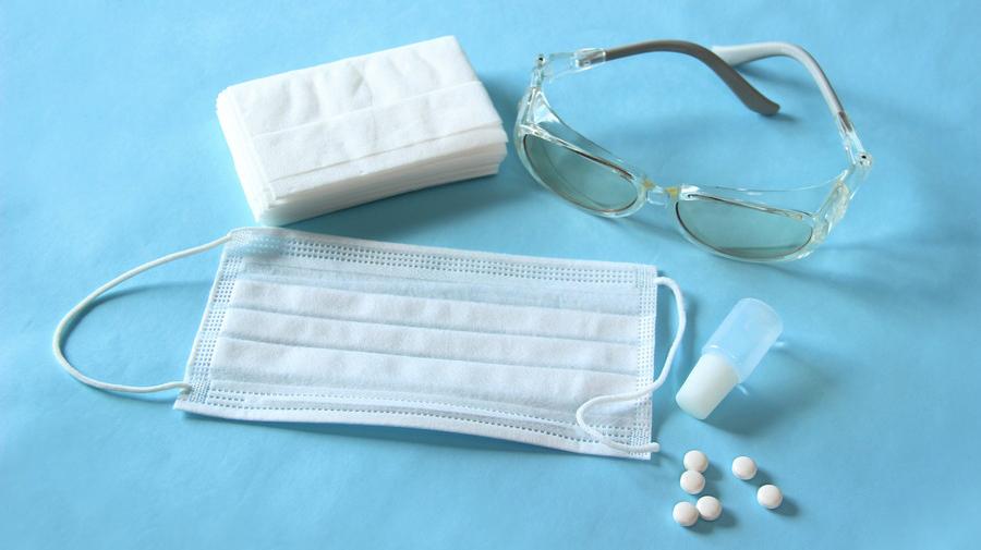 花粉症対策には、眼鏡・マスクの着用、ツルツル素材の服を着るなどが効果的だ。