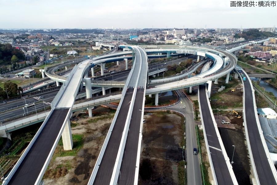 画像1。首都高・神奈川7号横浜北西線の横浜青葉JCT。左端中程から右斜め上に向かっているのが東名高速。