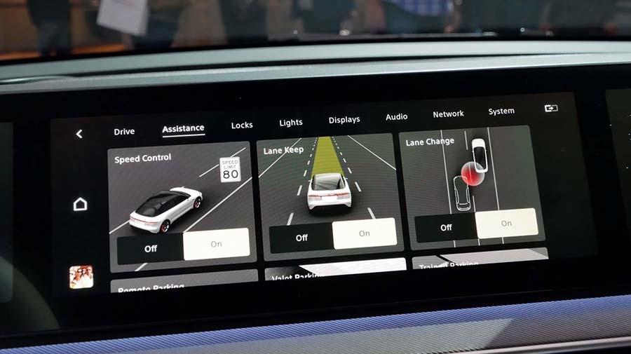 33個のセンサーによって、安全な走行を可能とする様々なセンシングを実現。各設定もディスプレイ上で簡単に行える