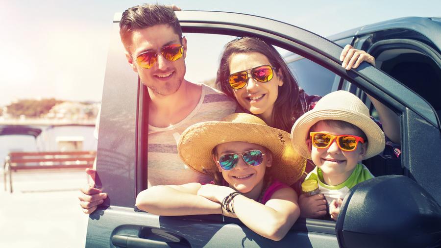 車内で子どもと一緒に会話をしたりして楽しむことで、家族の絆をより深めよう。