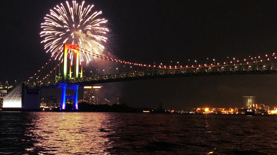 ライトアップされたレインボーブリッジと花火の美しいコラボレーション。