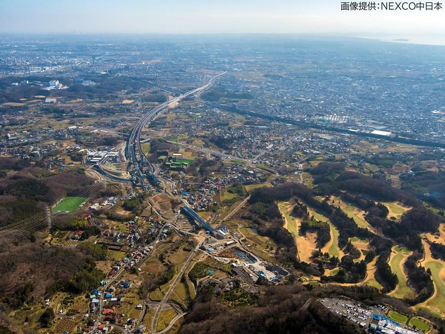 画像2。3月7日(土)に開通する、E1A新東名高速・伊勢原JCT~伊勢原大山ICの空撮画像。伊勢原大山IC側から伊勢原JCT方面を向いて撮影されたもの。