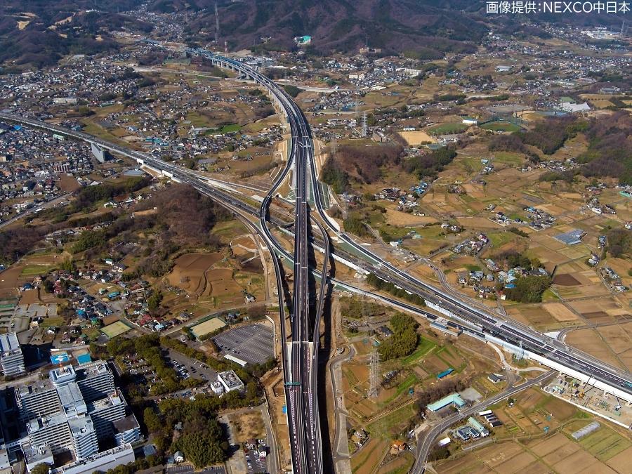 画像3。3月7日(土)に開通する、E1A新東名高速の伊勢原JCT~伊勢原大山IC間。伊勢原JCT側から伊勢原大山IC方面を向いて撮影されたもの。