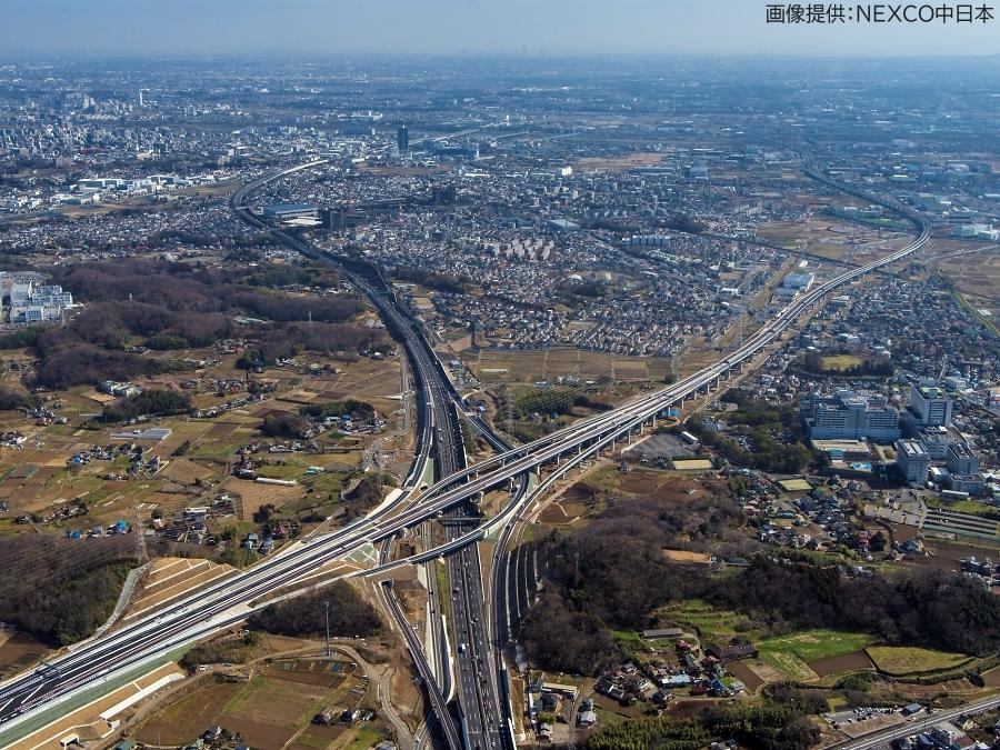 画像4。3月7日(土)に開通する、E1A新東名高速の伊勢原JCT~伊勢原大山IC間。伊勢原JCTを南東方向を向いて撮影されたもの。
