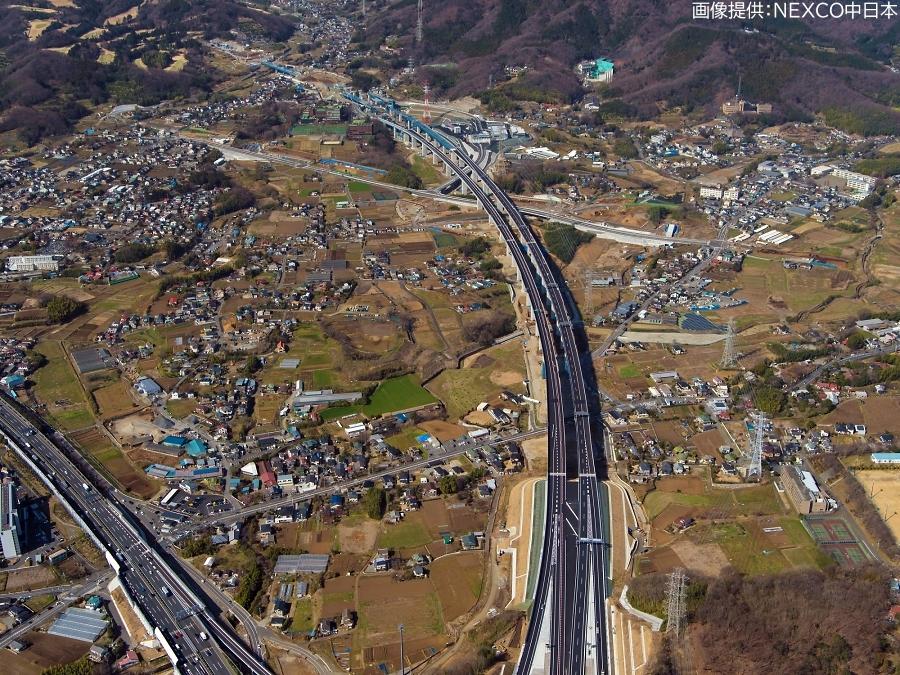 画像5。3月7日(土)に開通する、E1A新東名高速の伊勢原JCT~伊勢原大山IC間。伊勢原JCT上空から伊勢原大山IC方面を向いて撮影されたもの。
