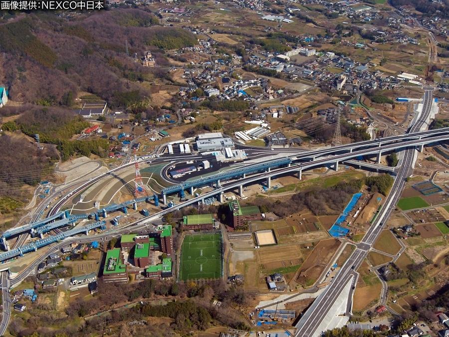 画像6。3月7日(土)に開通する、E1A新東名高速の伊勢原JCT~伊勢原大山IC間。伊勢原大山ICの空撮画像。