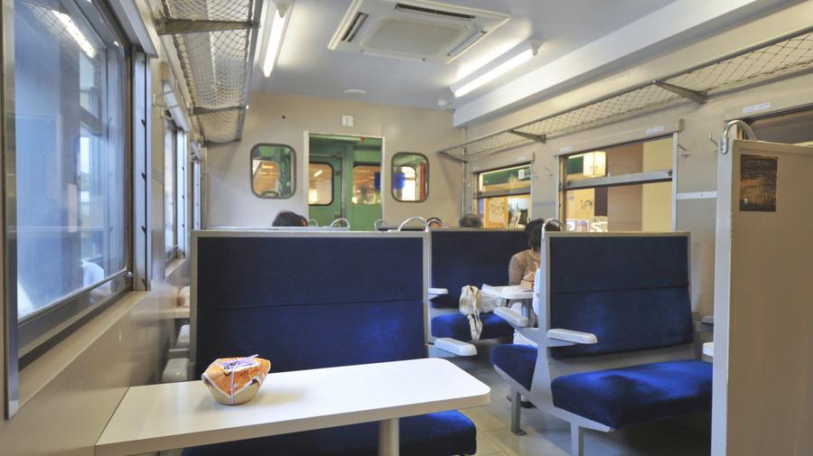 上信越自動車道・横川SA(上):メモリアルコーナー車内では飲食も可能だ。