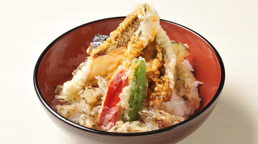 新東名高速道路・長篠設楽原PA(下):「家康 鯛天丼」(1,280円/税込)は、家康公の好物だったといわれる鯛の天ぷらが盛られている。