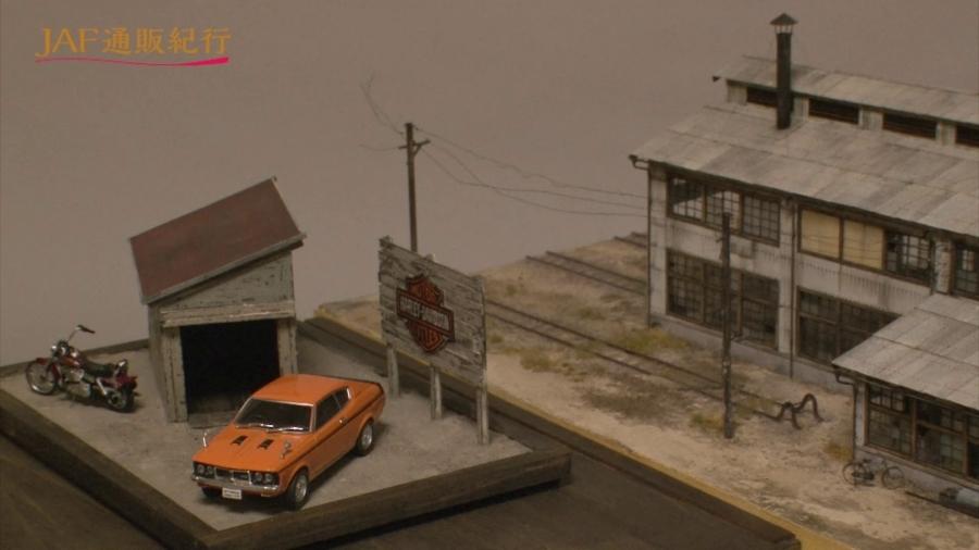 画像9。山野順一朗氏の鉄道模型ジオラマ「スレート張りの機関庫」(右)。屋根の汚れ方が均一でないところなど、徹底的なリアルさにこだわっている。