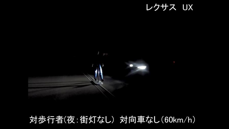 画像2。JNCAP2019前期の予防安全性能評価試験の様子。衝突被害軽減ブレーキの夜間・街灯なしの条件下での、歩行者の検出。