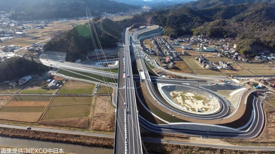 画像1。3月20日に開通する、C3東海環状道(NEXCO中日本)・山県ICの空撮画像。