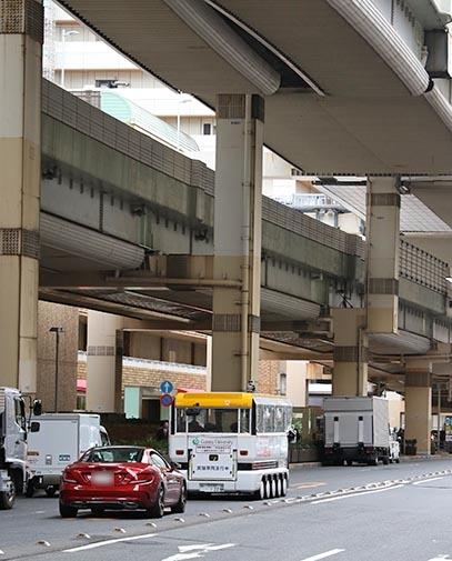 首都高速高架下を走る自動運転バス
