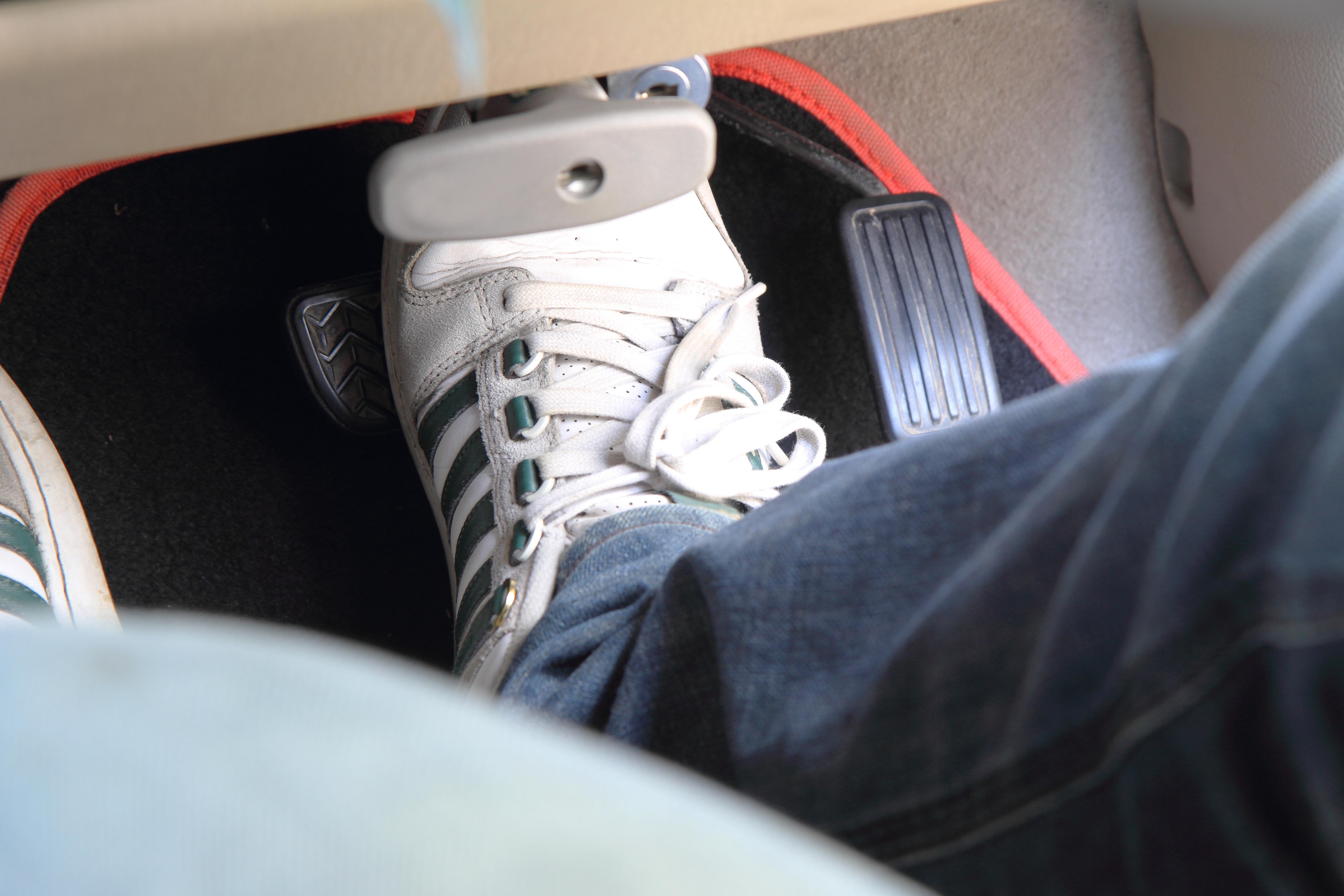 運転支援システム中の足をどこに置く?