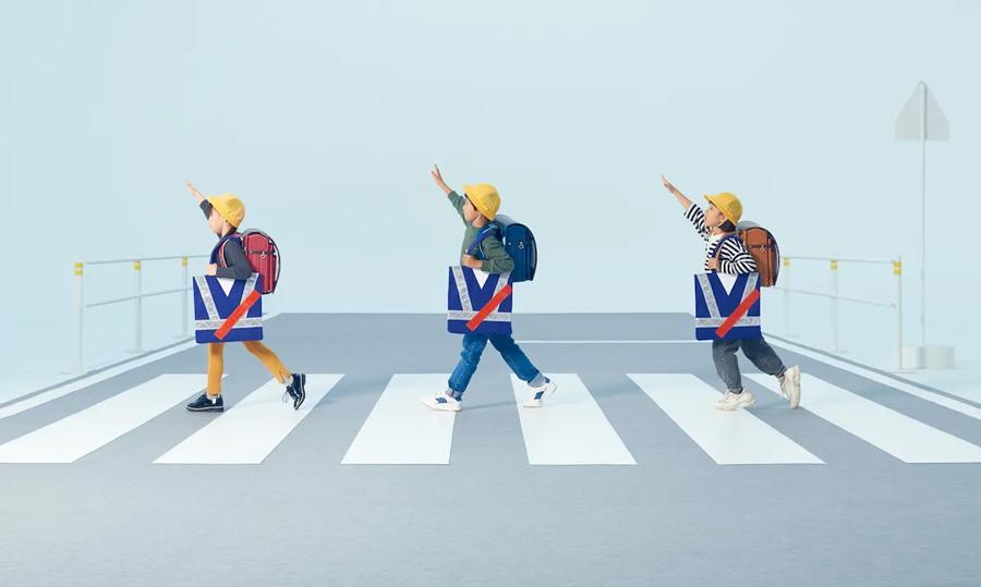 ホンダ|まもってトートを無料配布|秋の交通安全運動|横断歩道を渡る小学生3人(昼間)
