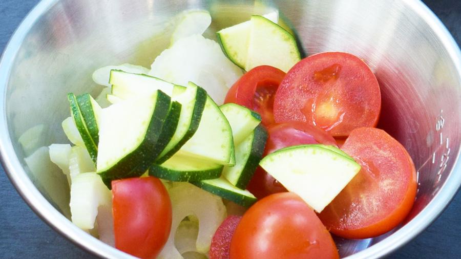 キャンプ料理|レシピ|ヤムウンセン|春雨サラダ|材料をカットする