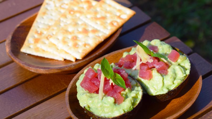 キャンプ料理|レシピ|マグロとアボカドのディップ|盛り付け|クラッカー