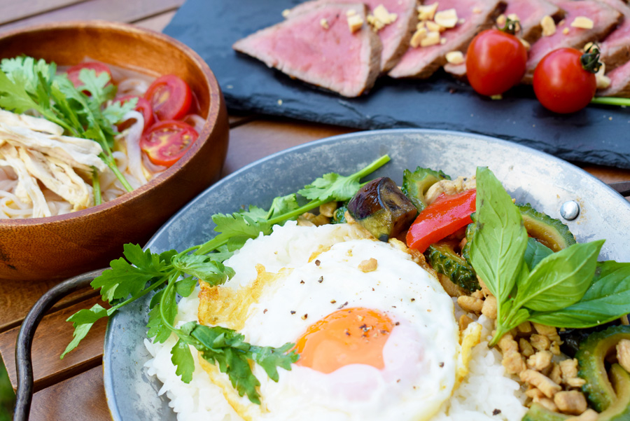 キャンプ料理|レシピ|夏野菜のガパオ風炒め|エスニック風ローストビーフ|鶏肉とトマトのフォー
